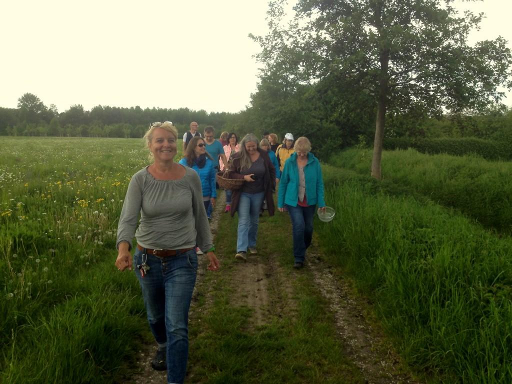 Wildkräuterei-Chefin Mika führt die Teilnehmer des Wildkräuterspaziergang über einen Feldweg (Copyright: wilderwegesrand.de)
