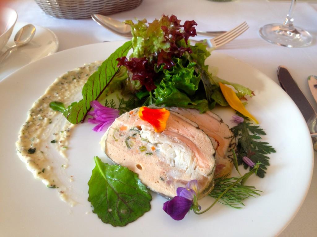 Ein bunter Wildkräutersalat auf einem Teller (Copyright: wilderwegesrand.de)