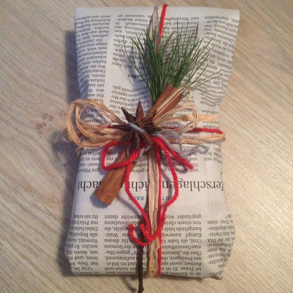 Nachhaltig verpackt: Zeitungspapier, Naturbast, Wolle, Zweig und Gewürzen