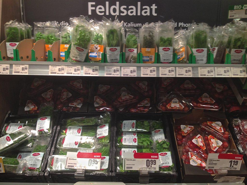 In Plastik verpackte Kräuter und Gemüse (Copyright: wilderwegesrand.de)