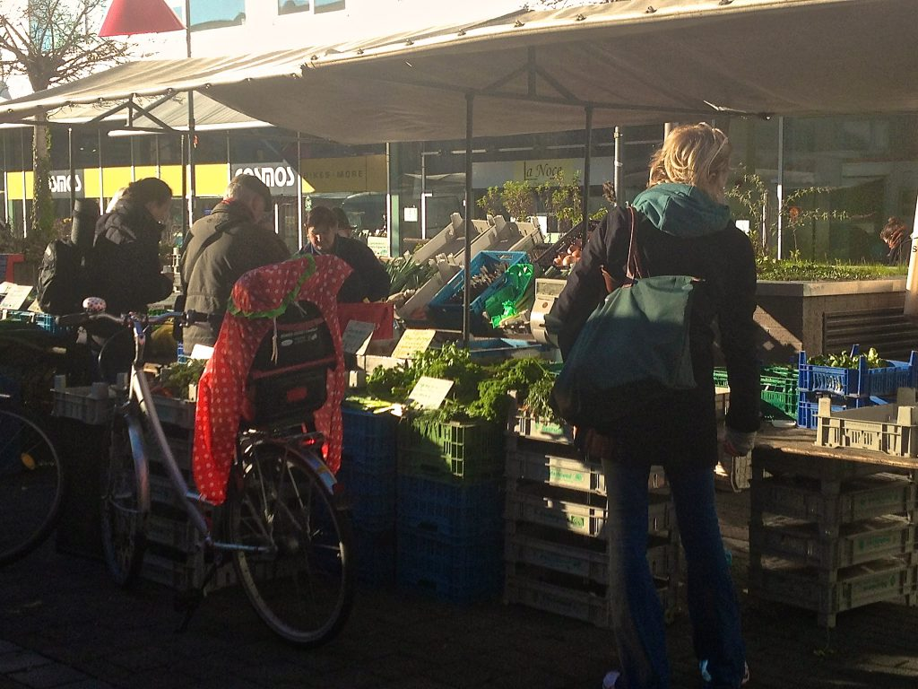 Szene auf dem Wochenmarkt (Copyright: wilderwegesrand.de)
