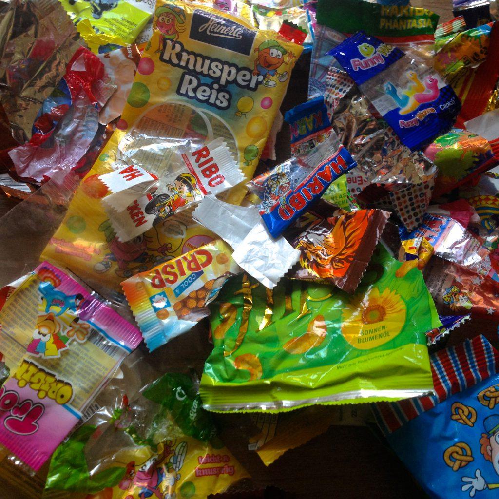 Leere Plastikverpackungen nach Karneval (Copyright: wilderwegesrand.de)