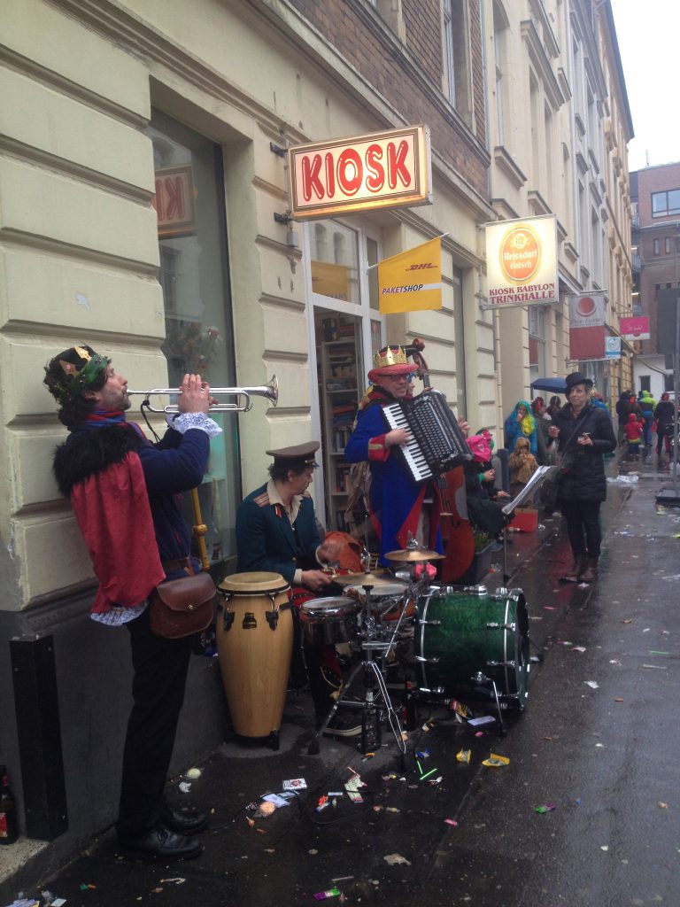 Musikband vor Kiosk (Copyright: wilderwegesrand.de)