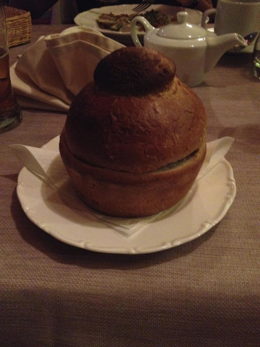 Mehlsuppe in Brot serviert