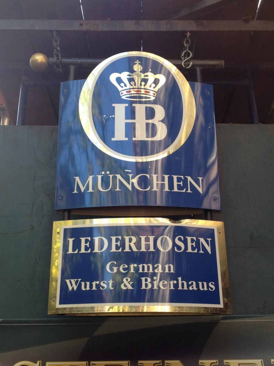 """Deutsche Wurst und deutsches Bier im """"Lederhosen"""""""